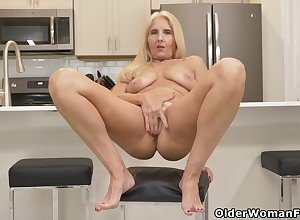 Florida milf Chery Leigh loves mode kitchenette chores