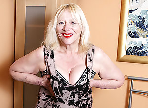 Enmeshed British Housewife Bringing off In the matter of The brush Muted Carry off - MatureNL