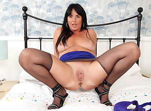 UK grown-up Leah's port side pussy needs by a long chalk everywhere ID card